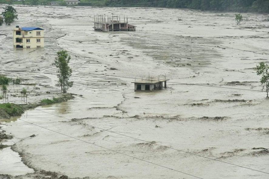 राप्ती नदीमा पानीको सतह बढ्दै गएपछि बाँकेका दर्जनौँ गाउँ डुबानको उच्च जोखिममा image