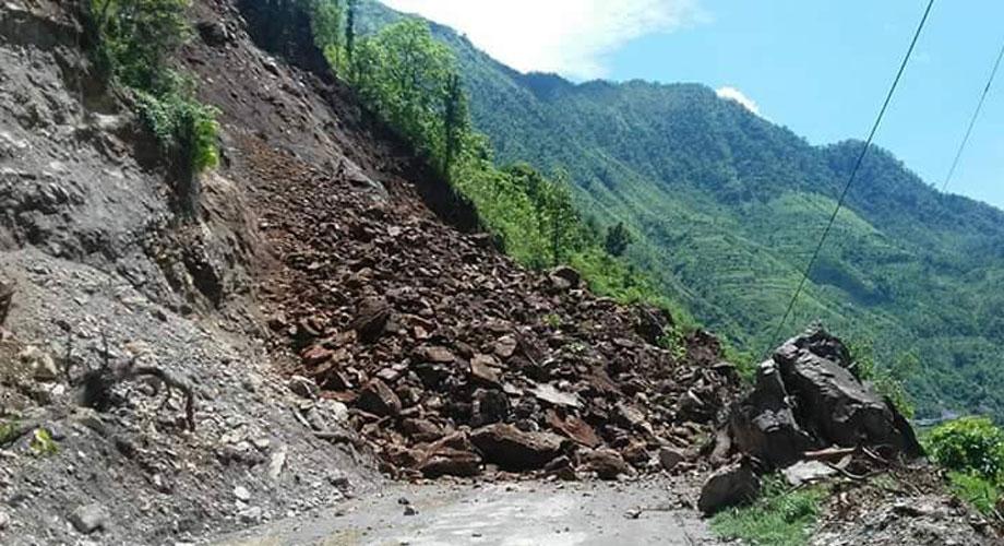 मध्यपहाडी लोकमार्गको पर्वत खण्डमा तीन ठाउँमा पहिरो, सडक अवरुद्ध image