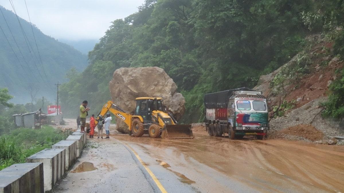 घामपानी दुबैमा नारायणगढ–मुग्लिन सडक जोखिममा image